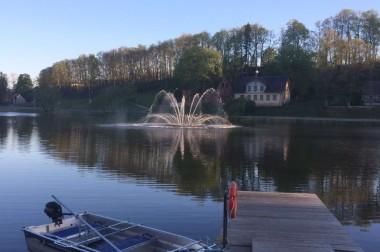 Uzstādīta strūklaka Talsu ezerā